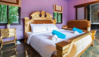 Purple two-colour combination for bedroom walls